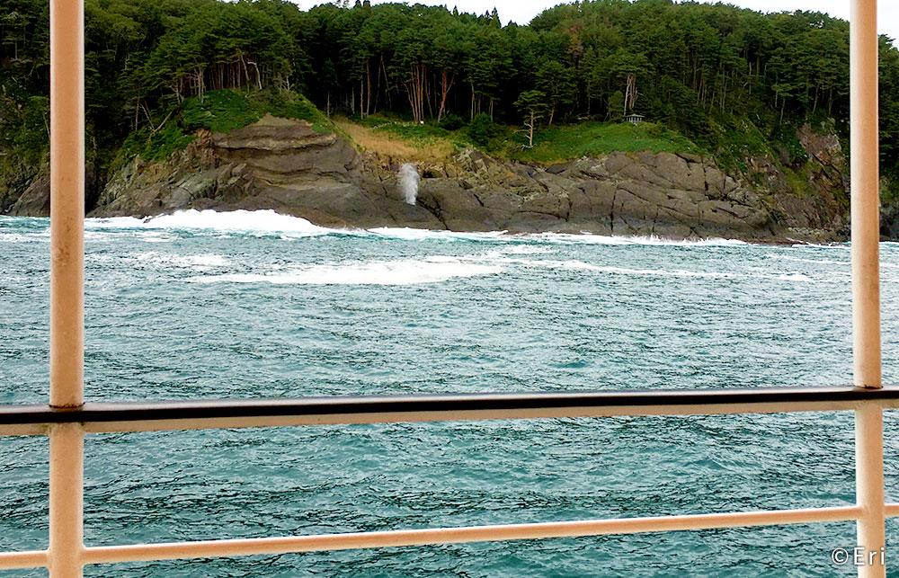 遊覧船で潮吹き岩を鑑賞